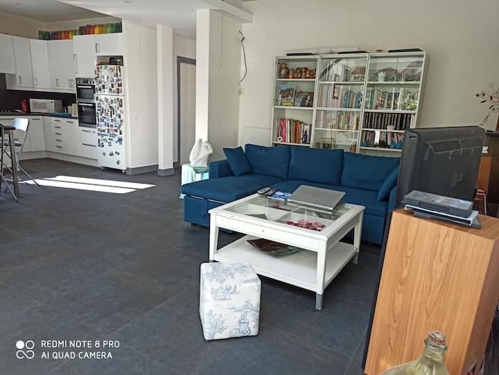 Grand appartement dans maison avec jardin