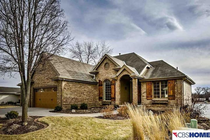 Beautiful lake home near Omaha for up to 5 people
