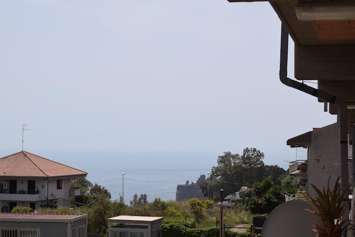 Un balcone su Aci Castello