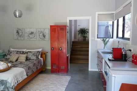 Studio Poroman - a hidden surprise - Weetangera, Canberra - Διαμέρισμα