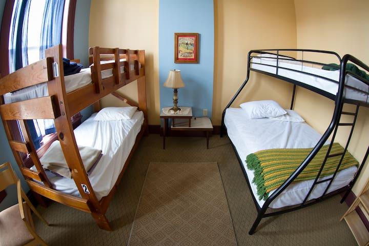 A Lovely Private Room @ the Hostel Buffalo-Niagara