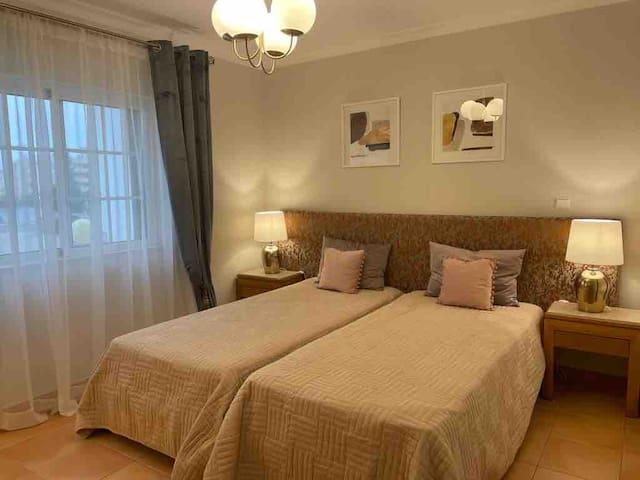 La deuxième chambre avec ses 2 lits jumeaux, une grande armoire intégrée  et sa salle de bains privative avec douche
