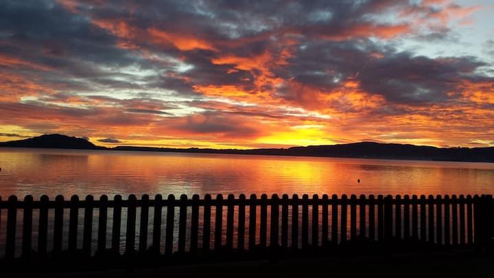 Rotorua Lakefront Cottage