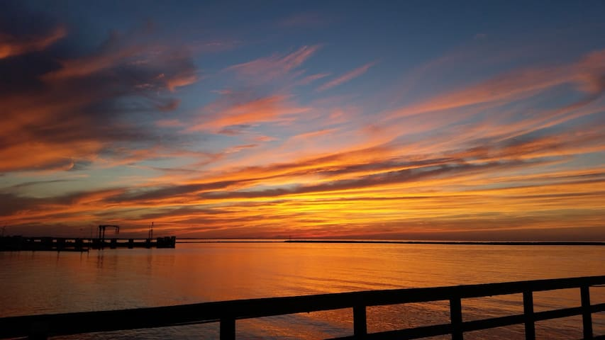 Spectacular Sunsets!! Delaware Bay Front!