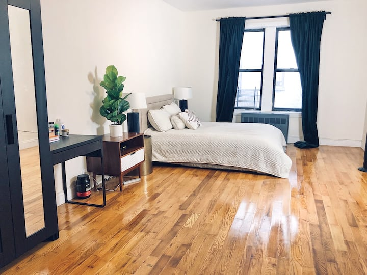 Absolutely HUGE room 2 blocks from Prospect Park