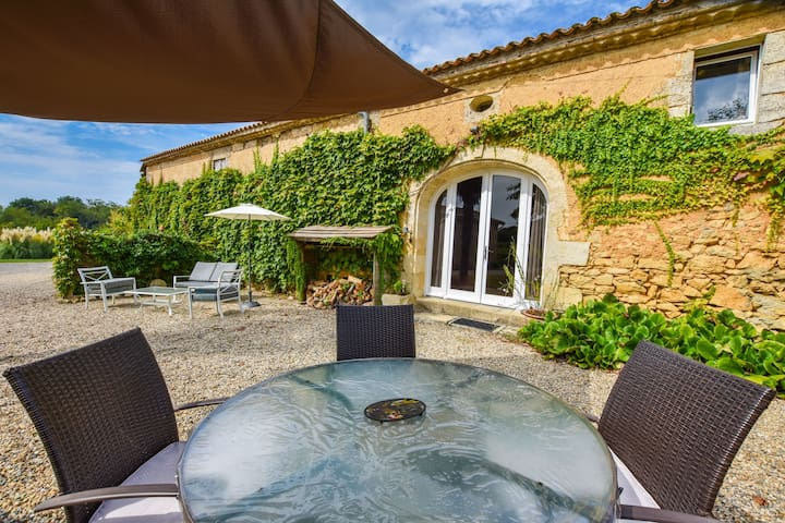 Traditional house on a wine-producing estate, with swimming pool, near Bordeaux.