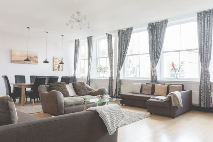 Large Grand Central Apartment Sleeps 8!