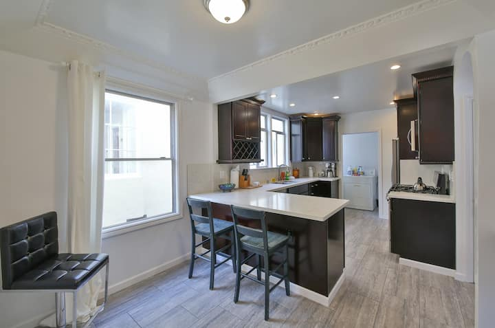 Beautiful Apt, Modern Kitchen, King Bed & Parking!