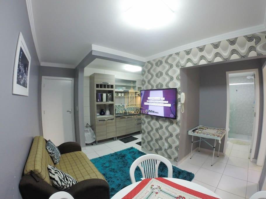 Sala com TV smart de 42 Pol Sofá cama Mesa com 4 cadeiras para lanches e refeições. Ar condicionado