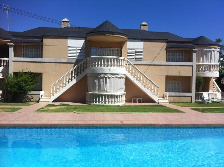 Casa con jardín y piscina a pocos pasos del mar
