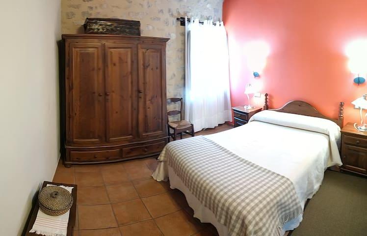 Dormitorio 2 en primera planta. Cama doble.