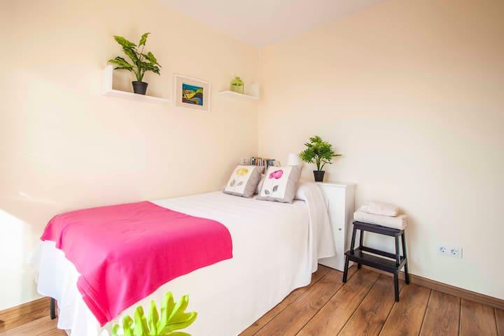Alegre habitación doble, con cama nido/Bright double room, with trundle bed