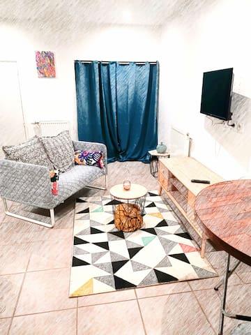 Studio indépendant proche village des marques