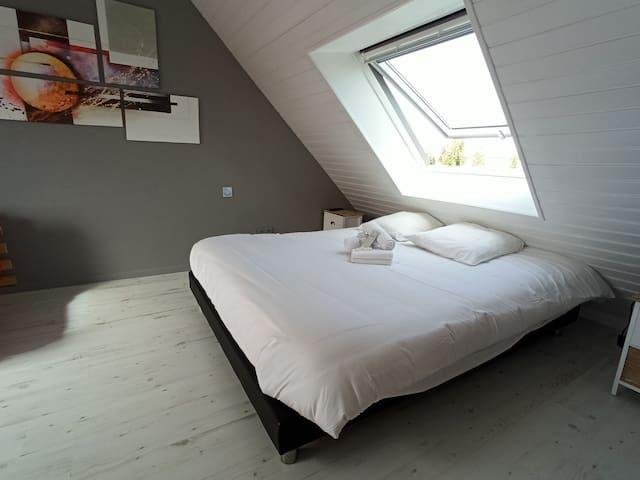 Grand lit double (160/200), vue sur les étoiles...
