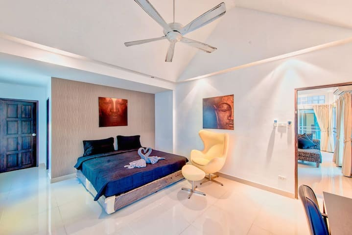 Master bedroom next to the living room. Large space and with ensuite bathroom. The room is also equipped with a desk if you need to do some work.