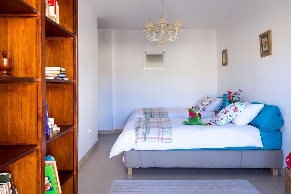 Habitación de dos camas con terraza privada