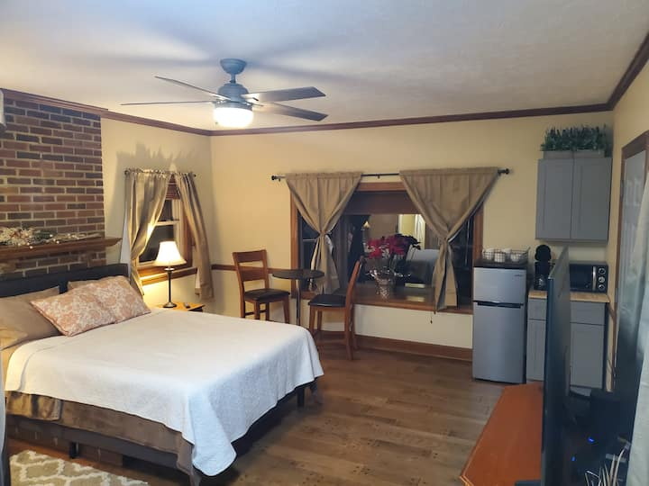 Private access Great Location near airport RV'S OK