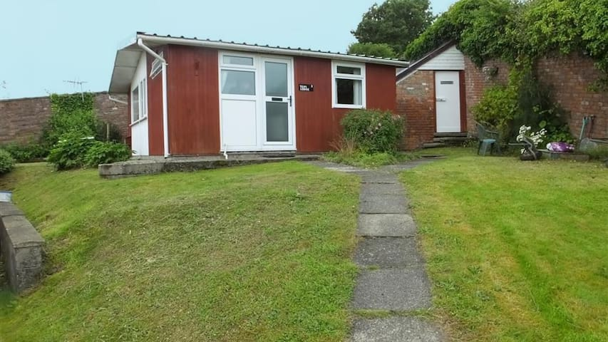 Lovely Carmarthenshire Chalet Cabin w/ Shared Pool