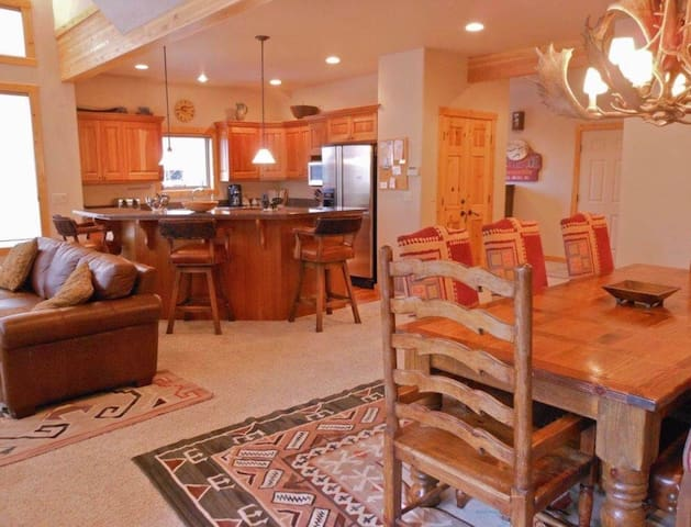 Full kitchen at your disposal, plus an 8-seater table with beautiful antler chandelier