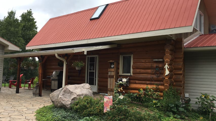 Private 1700 square ft Log Cabin - Burk's Falls - Stuga
