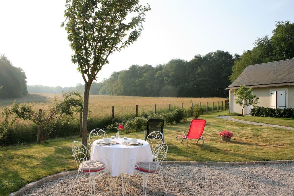 Possibilité de prendre le petit  déjeuner en extérieur,avec une vue sur la nature.