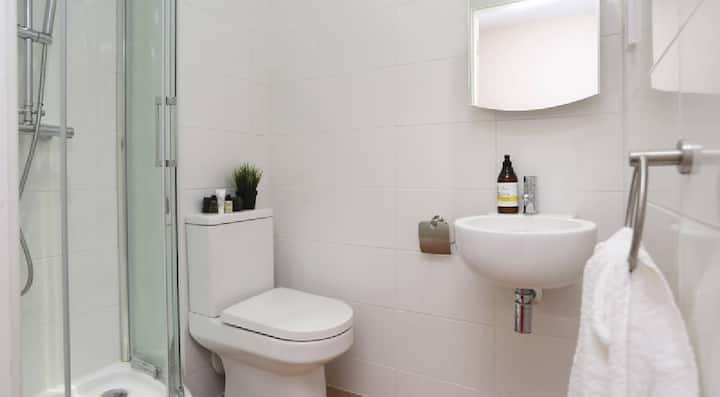 Suitable Classic Ensuite, Lower Ground - KH