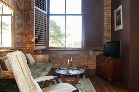 DOWNTOWN LOFT Perfect Historic Location by River! - Apartment