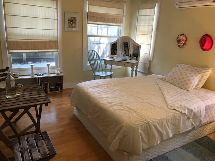 Private and quiet bedroom with en-suite bathroom.