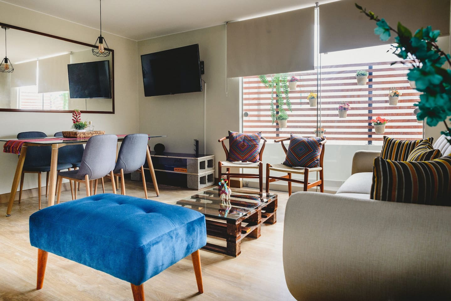 * Cómoda sala con TV y balcón * Comfy living room with TV ( with Netflix and national channels )