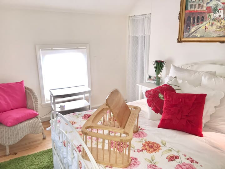 Private room in Carriage House-great location!!