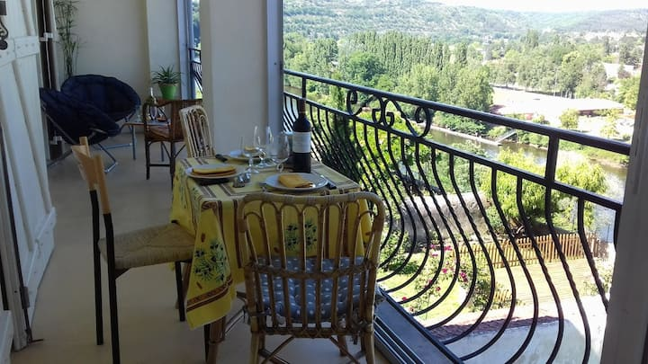 BEL APPARTEMENT AVEC GRAND BALCON