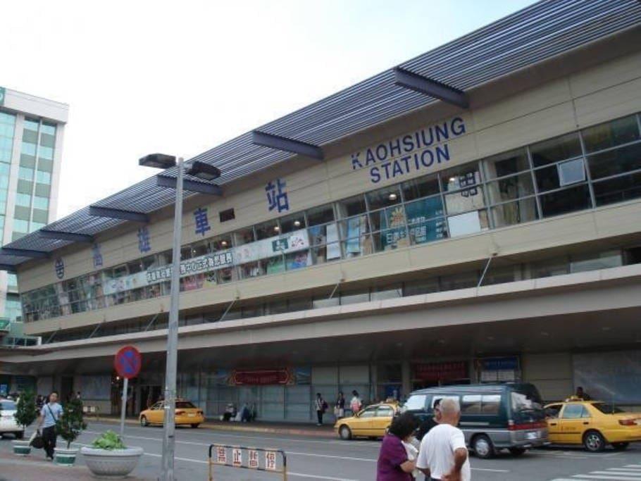 高雄火车站/捷运站/公车捷运站 Kaohsiung Main Station(MRT, Bus and Transfer Station) 高雄駅/ MRT駅/バスMRT駅가오슝 기차역 / MRT 역 / 버스 MRT 역