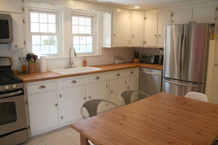 Charming 3BR Cape 1/2 mi from Beach - Beverly - House
