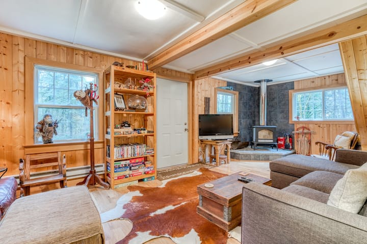 Dog-friendly Riverfront Cabin w/Private Outdoor Hot Tub, Gas Grill, WiFi, Stove