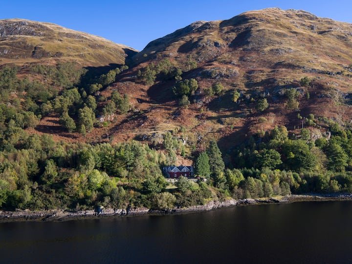 Loch-side house, kingsize bed & ensuite bathroom