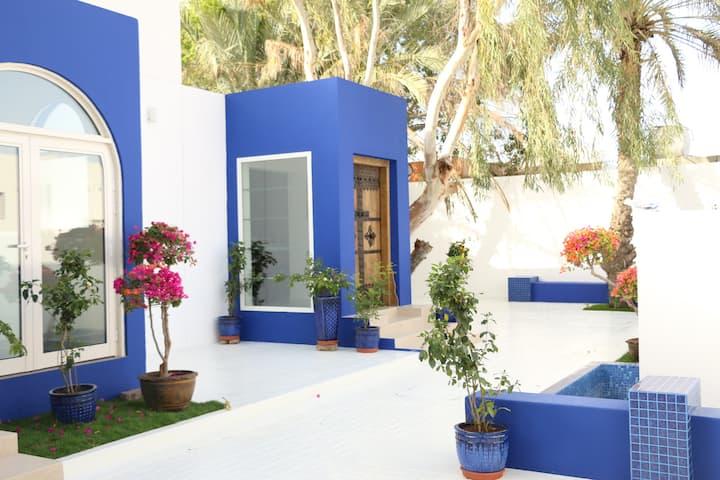 A true Emirati home by the Beach / Room 2
