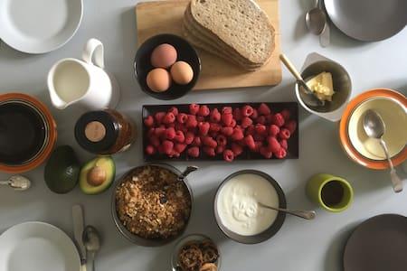 Central Faversham, cosy loft, artisan breakfast.