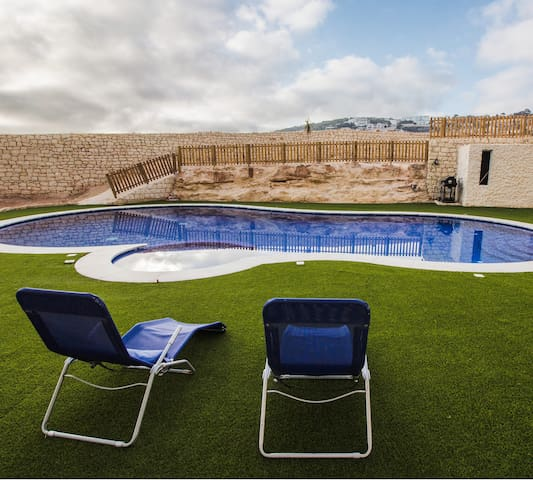 Private room with communal swimming pool/bbq area