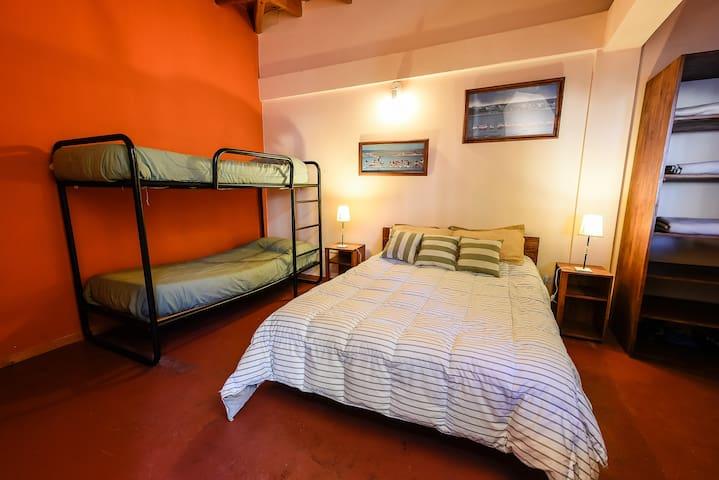 Cuádruple con Baño Compartido - La Tosca Hostel