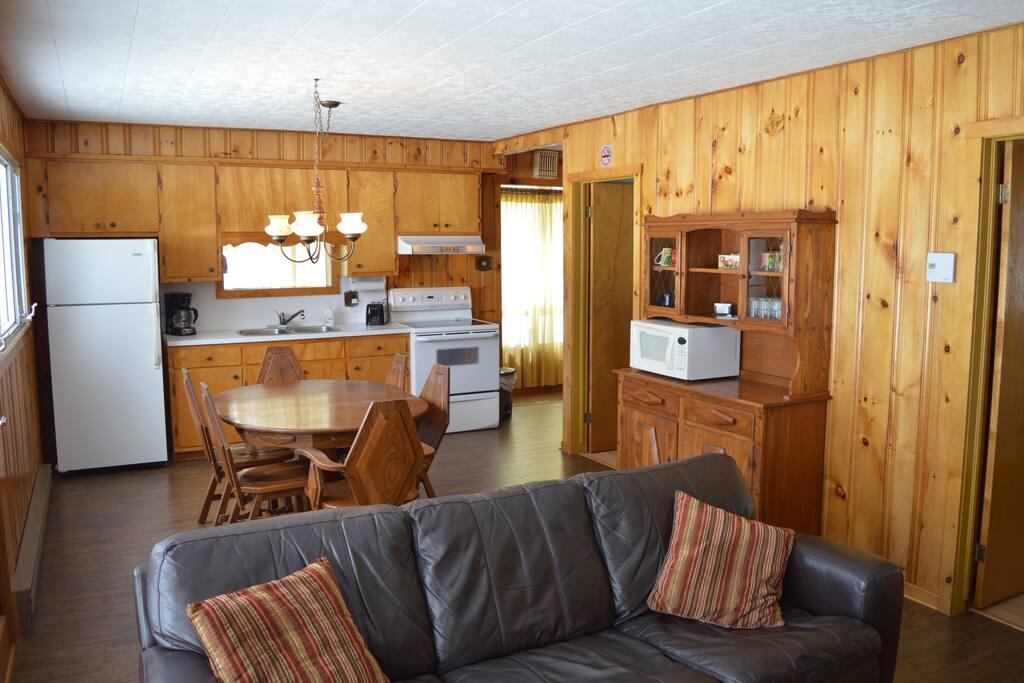 Salon, salle à manger et cuisine à aire ouverte.