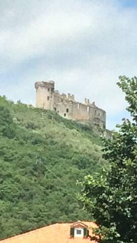 ...Accanto alle mura del borgo medievale...