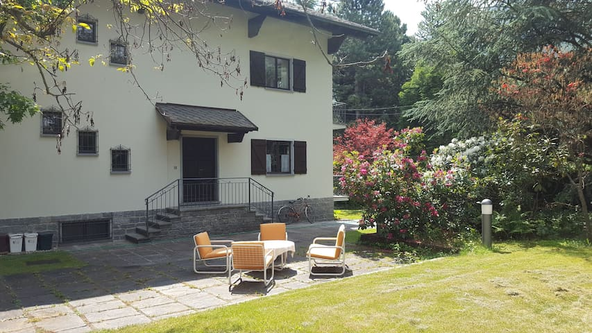 Ampia casa di montagna con giardino