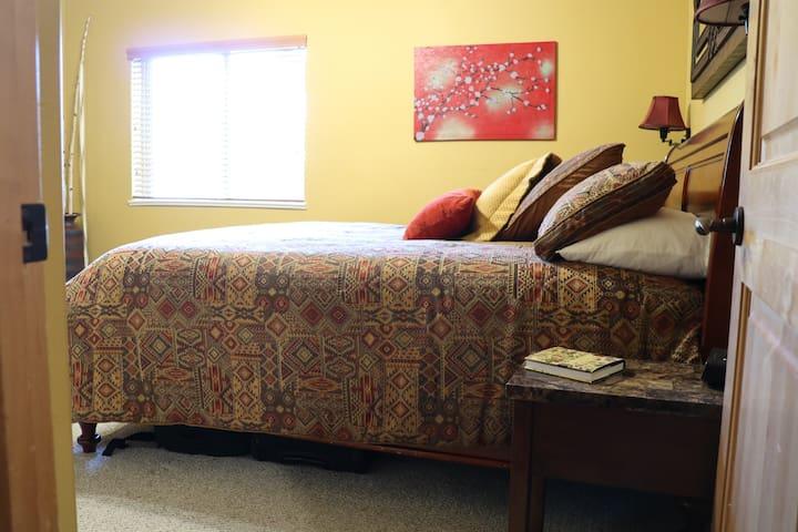 Ground floor master bedroom w/ en-suite - king
