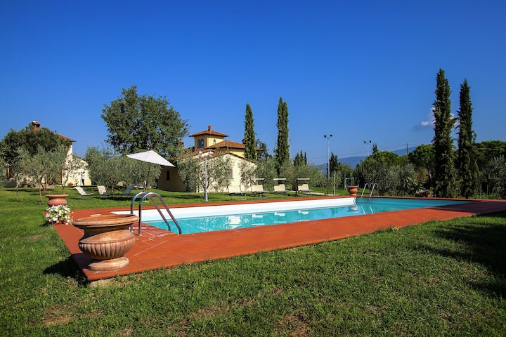 Villa with spacious garden, swimming pool, jacuzzi and tennis court, near Cortona