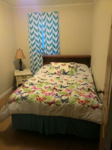 Private bedroom with full size bed - Wilkes-Barre - Hus
