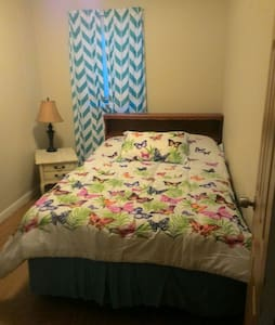 Private bedroom with full size bed - Wilkes-Barre - 独立屋
