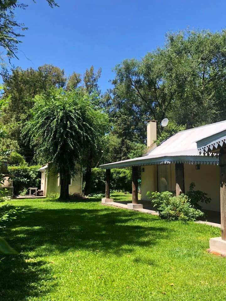 Casa en barrio privado con jardín y parrilla