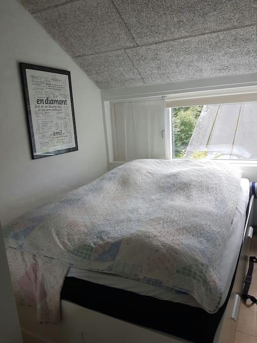 Soveværelse med 140 cm seng