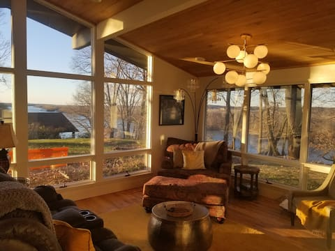 Amazing river views, MCM style & comfort in #JCMO