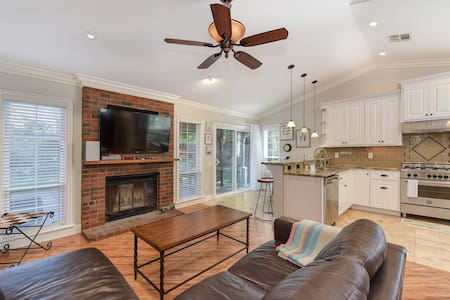 Private Sacramento home, big backyard & fireplace